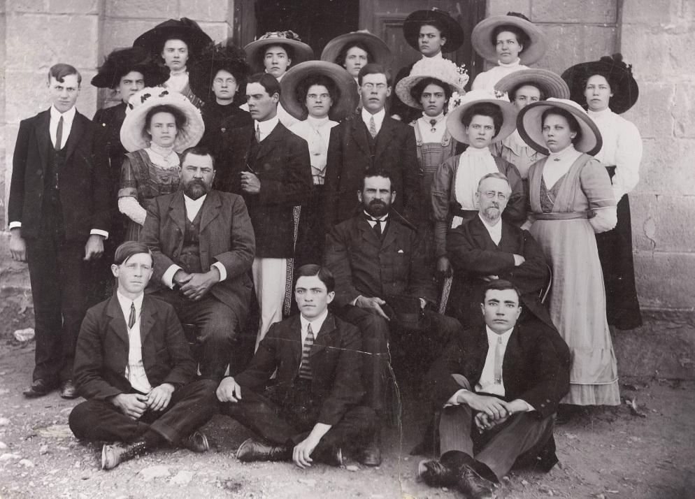 Gereformeerde_kerk_Philipstown_katkisasieklas_omstreeks_1910_ds_T_Hamersma_sittende_regs_voor