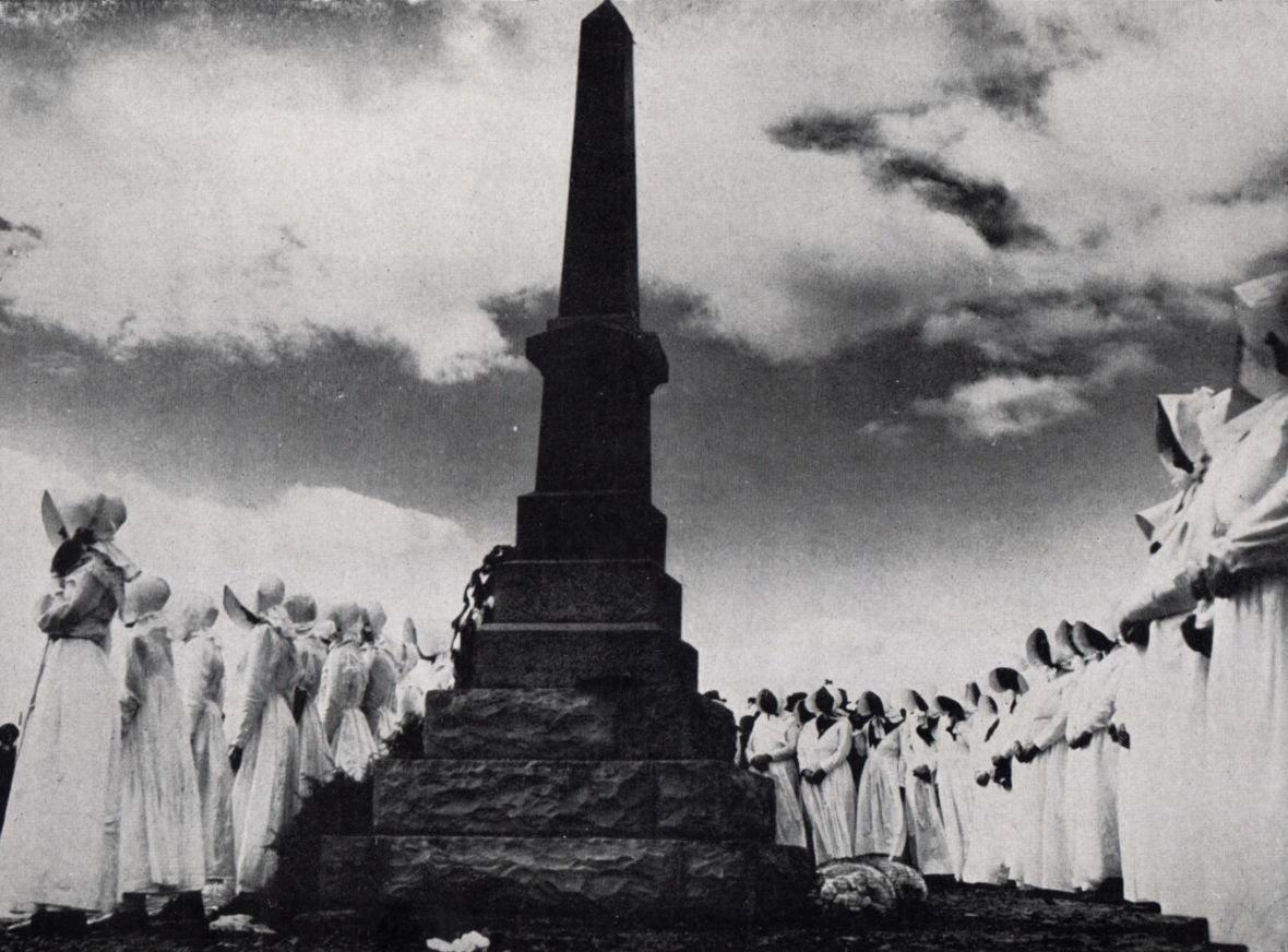 26 September 1938, moeders en dogters staan erewag by die Slagtersnek-monument