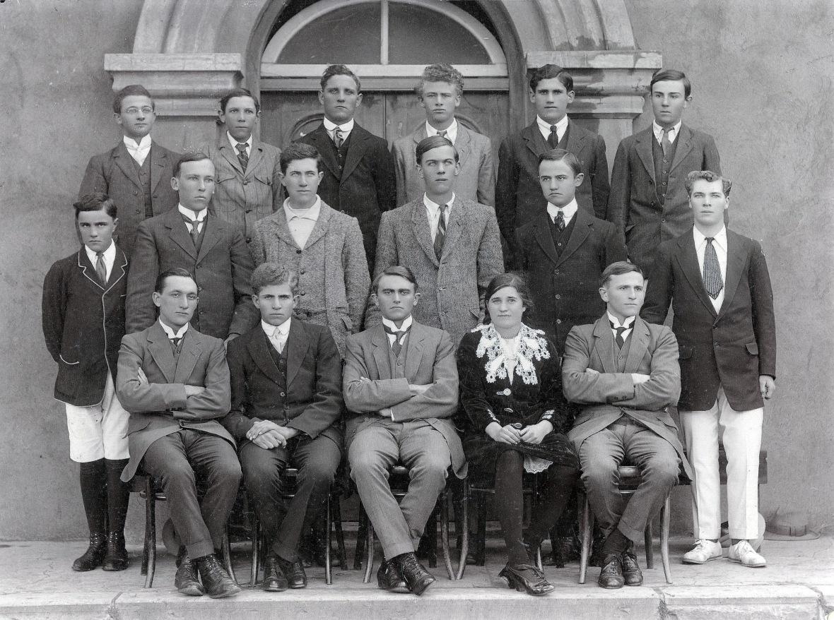 Matriekklas_van_die_Steynsburgse_Gimnasium_met_die_latere_prof_J_Chris_Coetzee,_1918.jpg