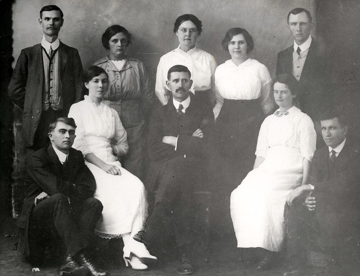 Personeel_van_die_CNO-skool_Steynsburg,_omstreeks_1916.jpg