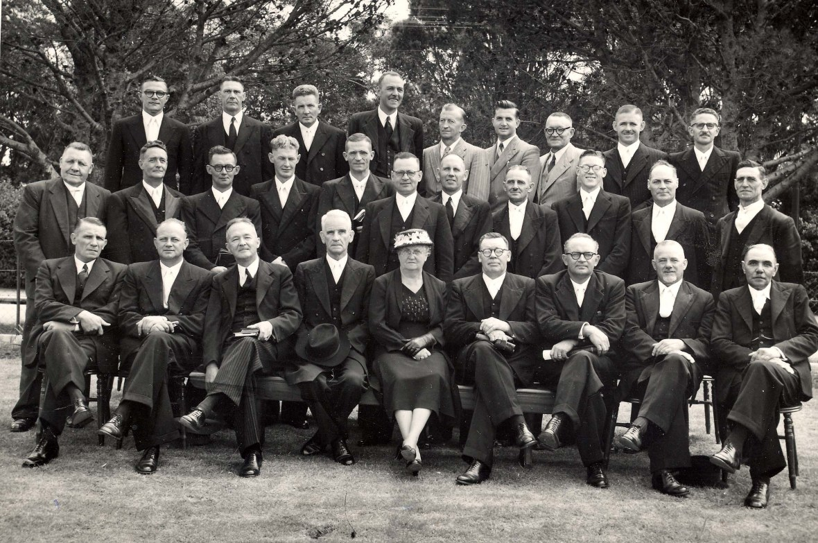 GK Oos-Londen KR emeritering ds ID Kruger 1954. Ry 1 P Kruger Mev H Kruger. Ry 2 Kobus Aucamp dr PJ Coetzee. Ry 3 J Aucamp 317.jpg