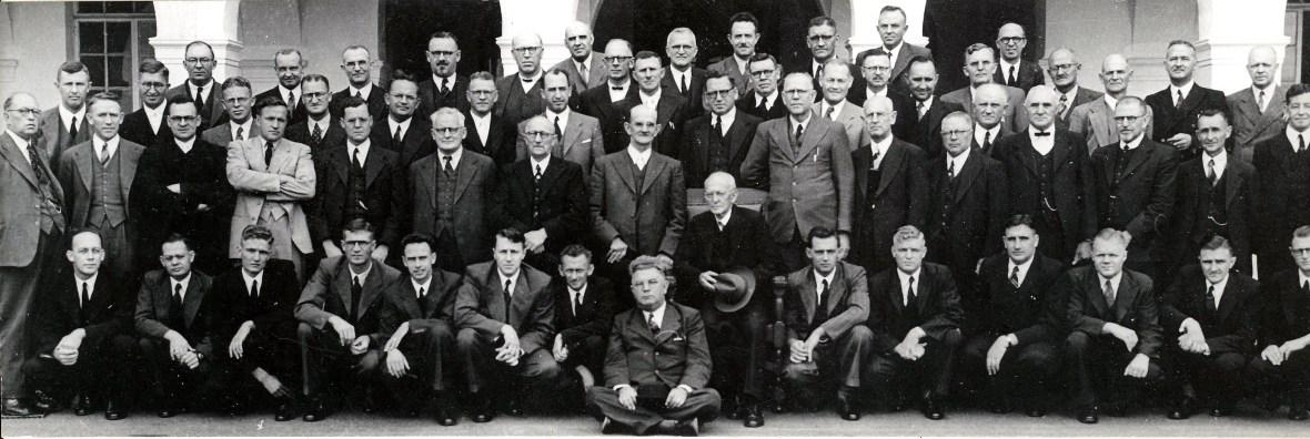 Studente,_dosente_en_besoekende_predikante_neem_in_April_1949_afskeid_van_Totius_by_die_Teologiese_Skool_Potchesftroom.jpg