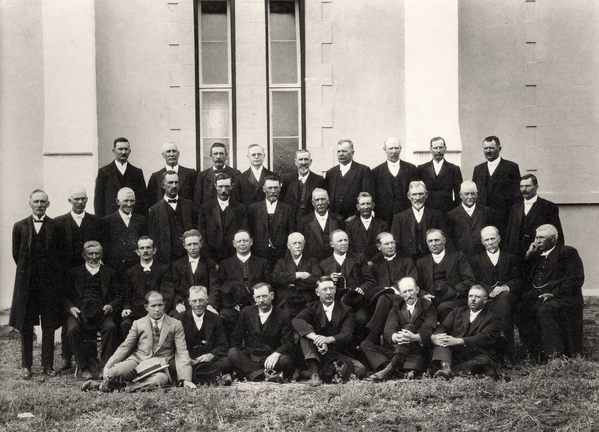 Gereformeerde_Kerk_in_Suid-Afrika_se_Algemene_Vergadering_van_die_Kaapprovinsie,_1926.jpg