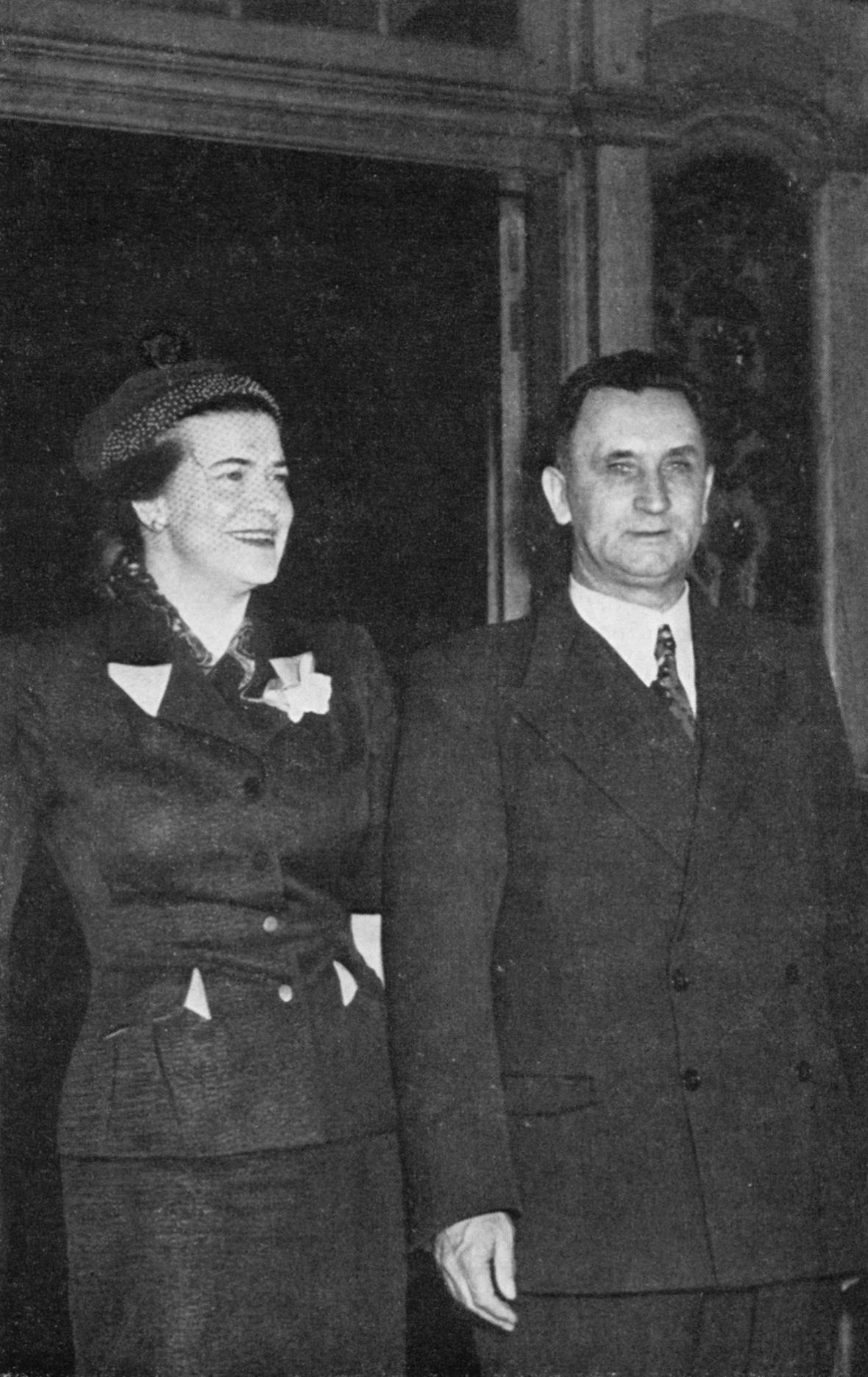 Adv_JG_en_mev_Susan_JG_Strijdom_voor_Groote_Schuur,_Desember_1954.jpg