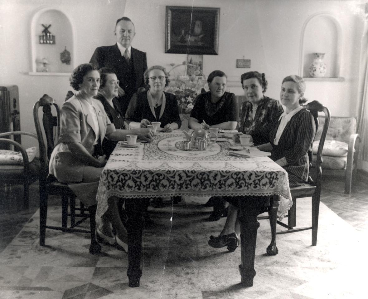 Dr_SP_van_der_Walt_en_die_bestuursvergadering_van_die_susters_van_die_Gereformeerde_kerk_Potchefstroom-Noord,_einde_1953