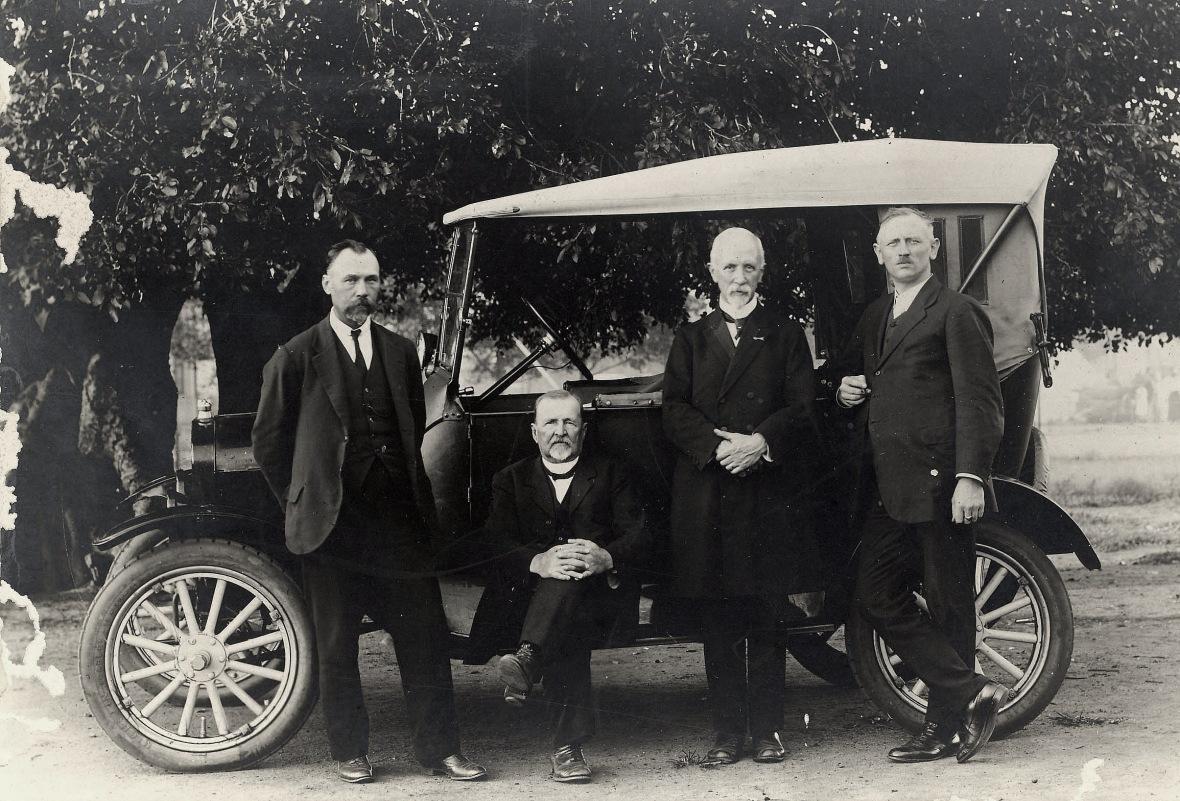 Ds_Derk_Rumpff_in_1924_op_reis_saam_met_die_Nederlandse_teoloog_HH_Kuyper.jpg