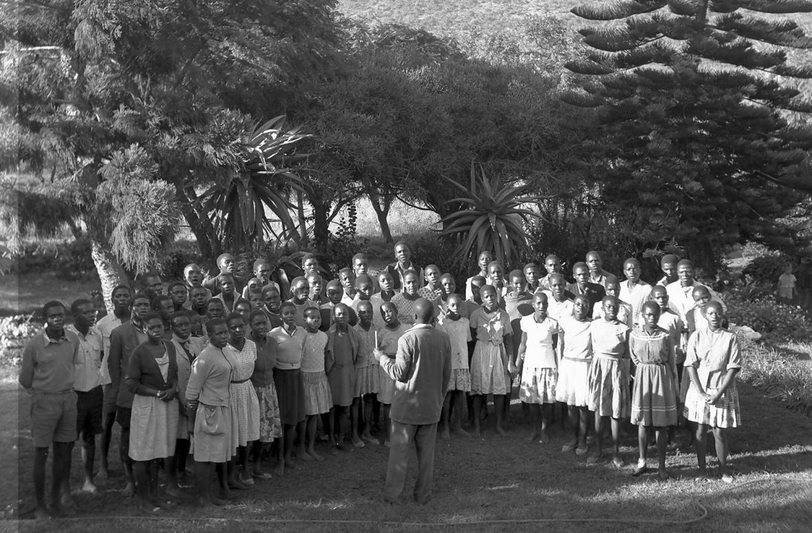 Koor sing op Siloam by die sendeling se huis 1963.JPG