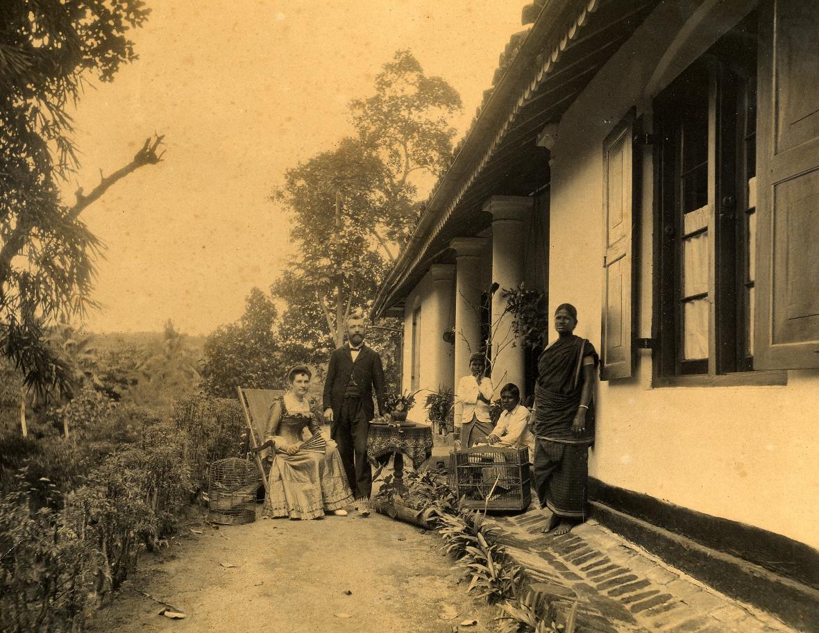 Postma ds P & eggenote geneem op Ceylon met bediende A15.jpg