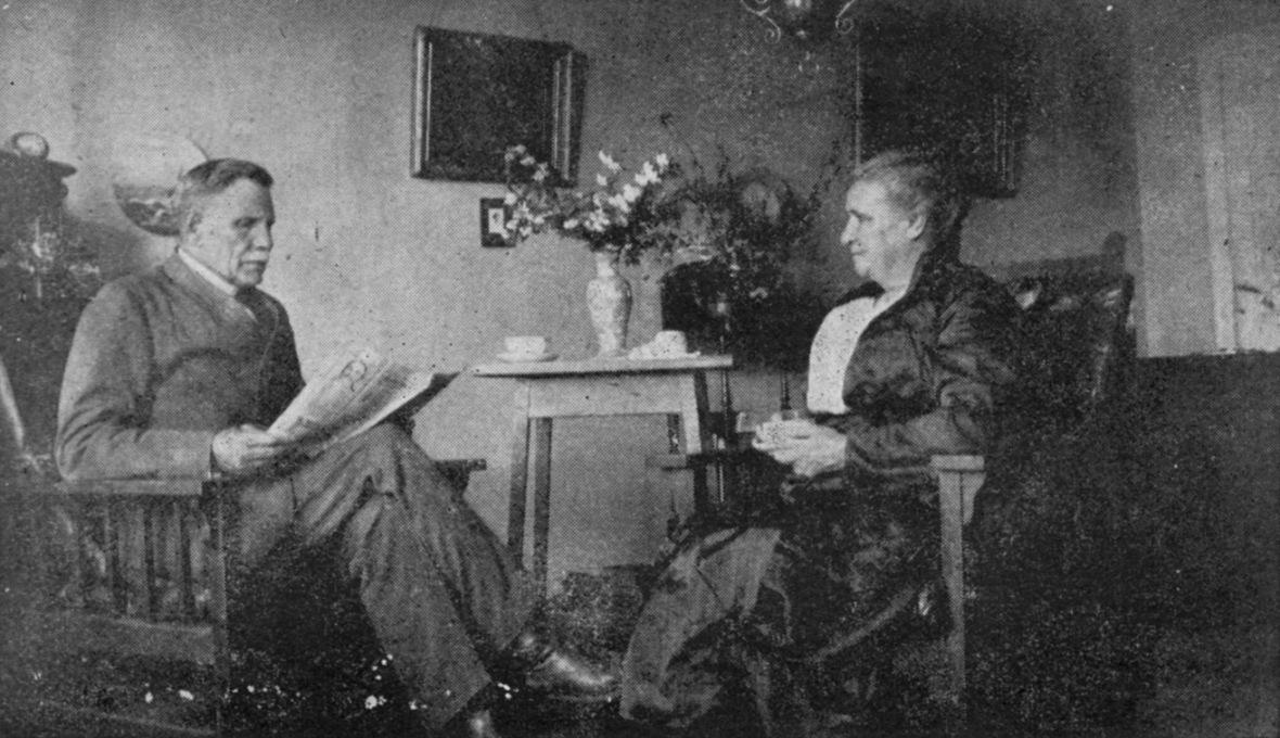 Ds_Louis_en_mev_Abrahama_Vorster_in_die_Gereformeerde_pastorie_op_Erasmus_(Bronkhorstspruit),_Oktober_1930.jpg