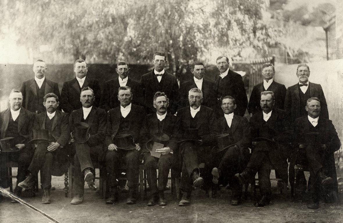 Kerkraad_van_die_Gereformeerde_kerk_Colesberg,_1921,_met_ds_PW_Bingle.jpg
