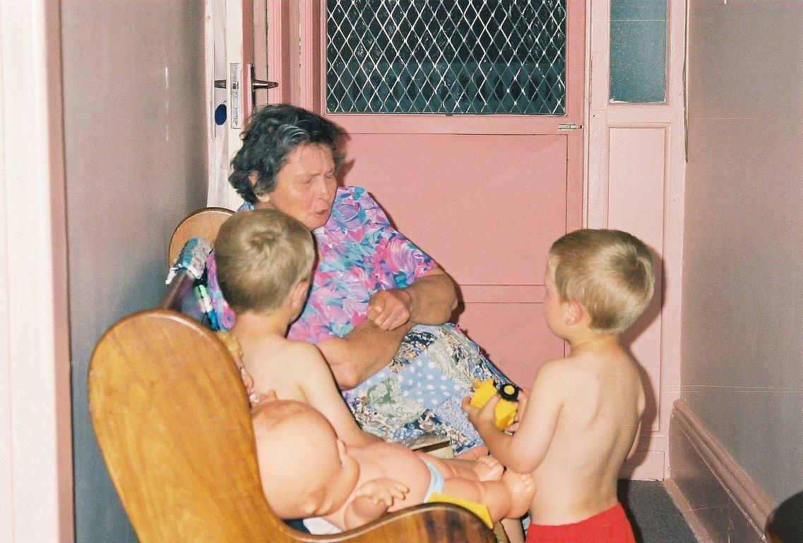 Ouma Engela en van haar kleinkinders.jpg