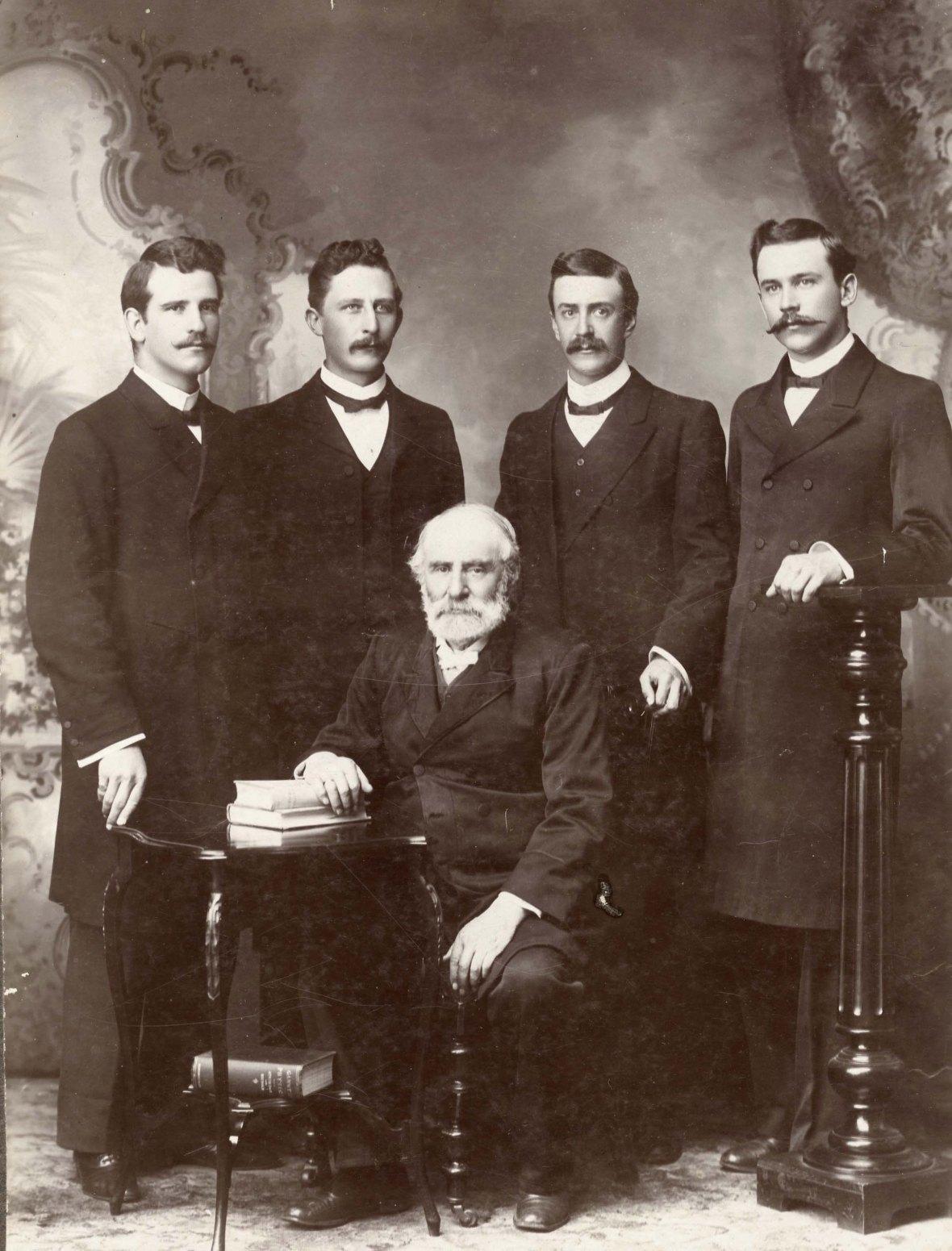 Prof_Jan_Lion_Cachet_en_studente_ID_Kruger,_PW_Bingle,_JP_van_der_Walt_en_DP_du_Plessis_aan_die_Teologiese_Skool_Potchefstroom,_1908.jpg