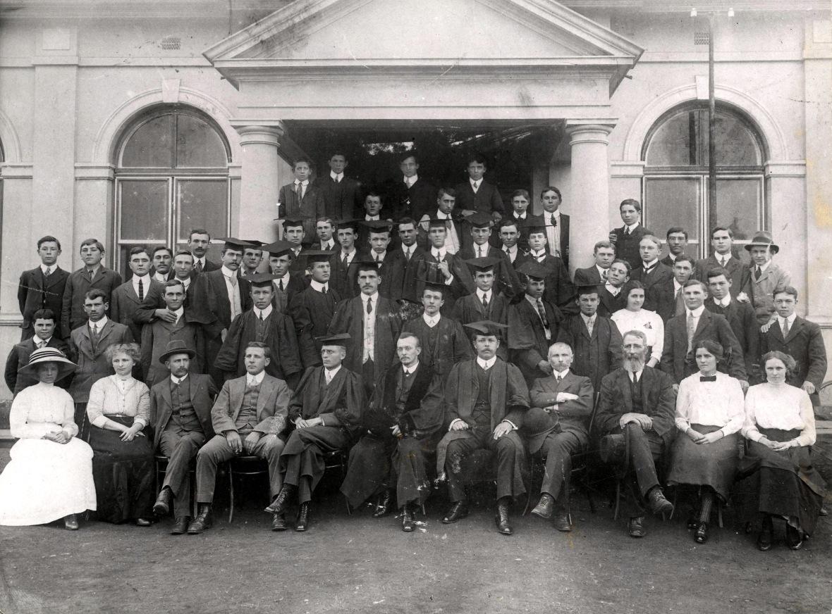 Studente_en_personeel_van_die_Voorbereidende_en_Teologiese_Skool_op_Potchefstroom_voor_die_eerste_gebou,_1913.jpg