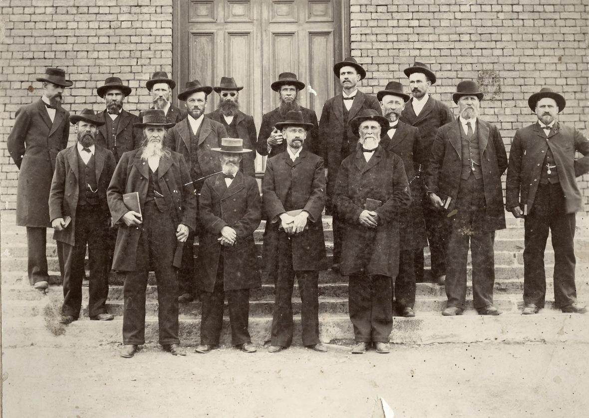 Die_Gereformeerde_kerk_Bethulie_se_kerkraad_met_die_bevestiging_van_ds_JA_van_Rooy_in_1905.jpg