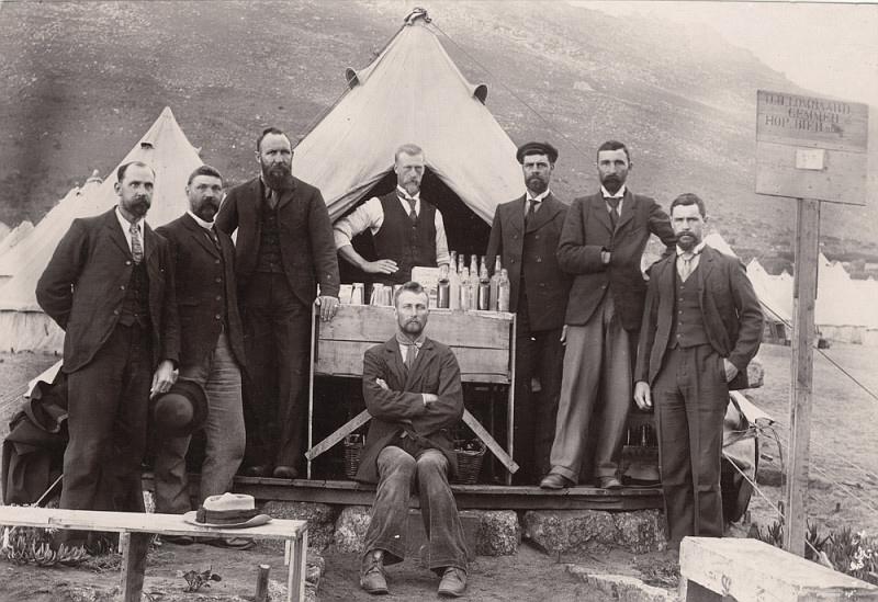 Boerekrygsgevangenes_in_die_Bellevue-kamp,_Simonstad.jpg