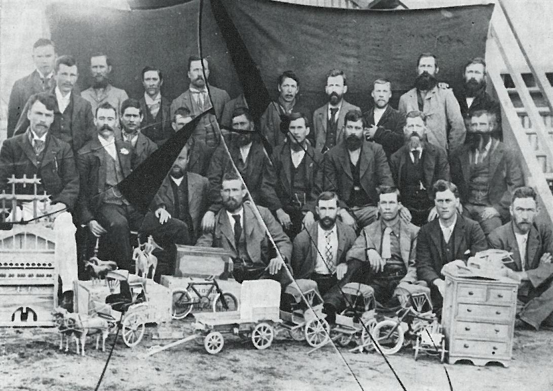 Boerekrygsgevangenes_in_die_Bellevue-kamp,_Simonstad,_met_hul_handwerk.jpg