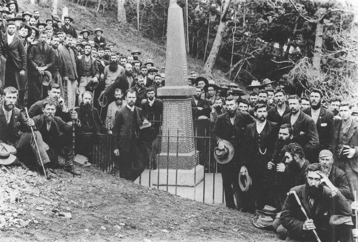Boerekrygsgevangenes_op_Sint_Helena_by_die_onthulling_van_'n_gedenkteken_wat_hulle_self_gebou_het,_1902