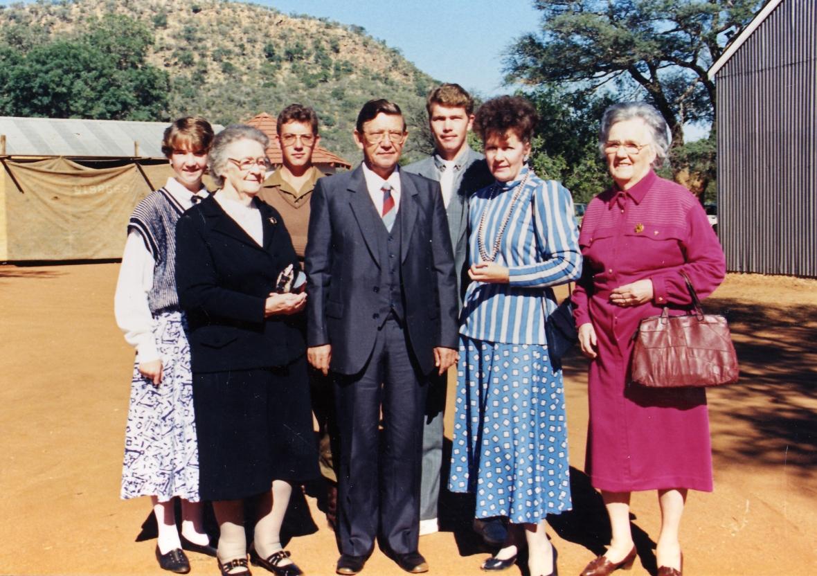 Ds_LAS_van_Wyk_en_familie_by_GK_Drieviersboom_se_50ste_verjaardag_Julie_1988.jpg