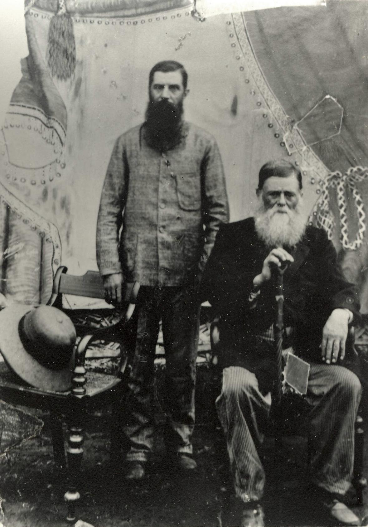 Maarten_Kruger_en_sy_seun_Louw,_Boerekrygsgevangenes_op_Ceylon,_1901.jpg