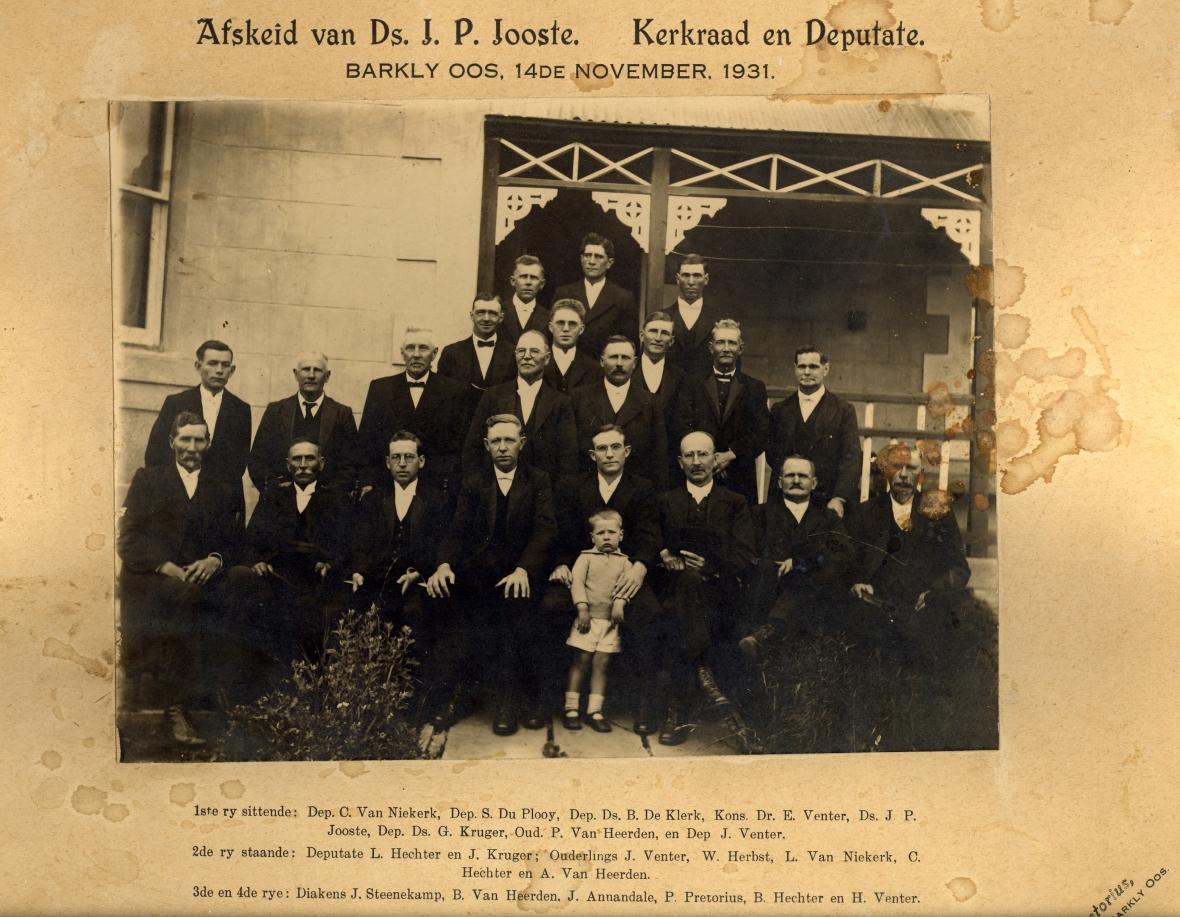 GK Barkley-Oos KR 1931. Afskeid Ds JP Jooste, KR deputate & seuntjie op stoep A209
