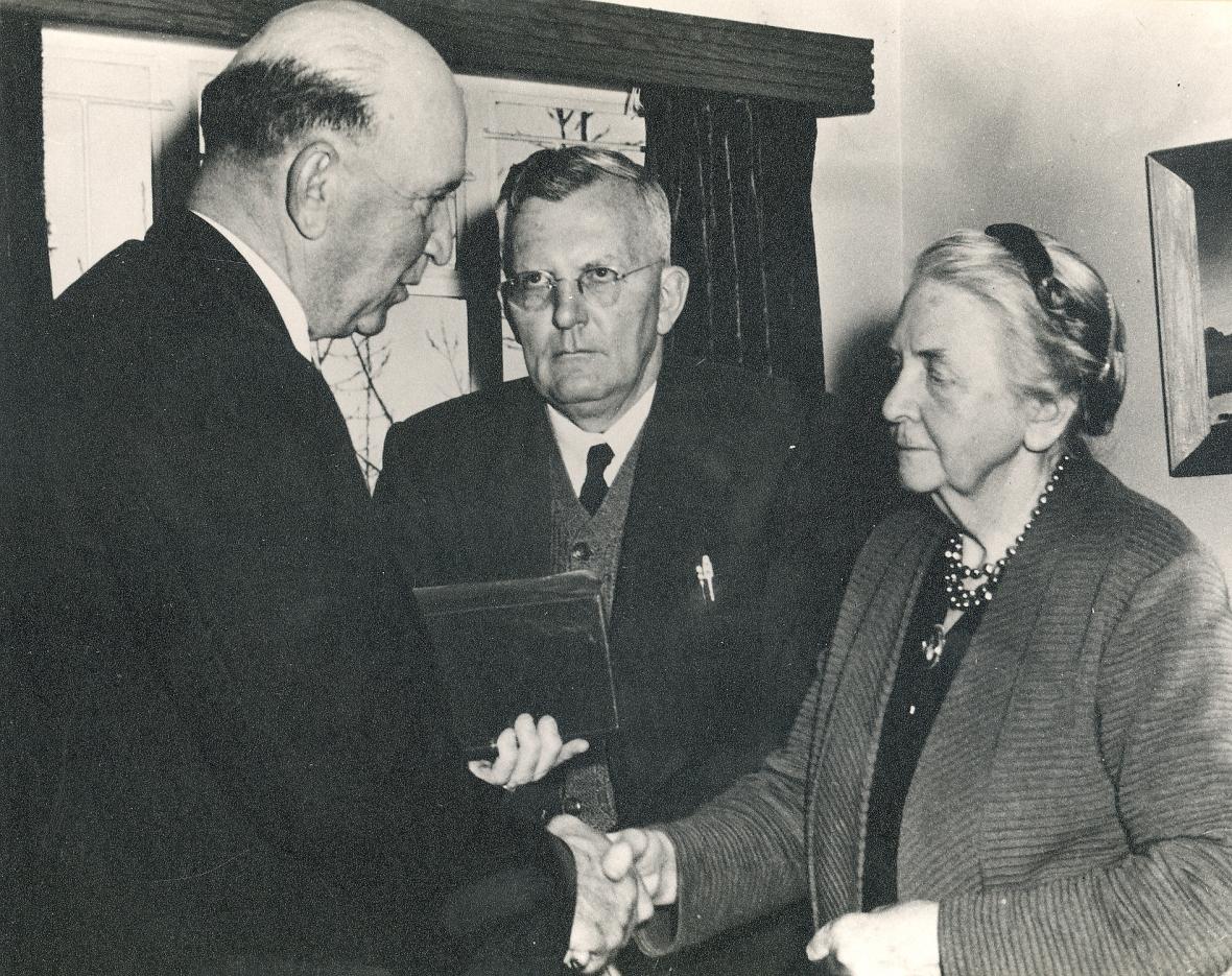 Senator Minister Jan de Klerk met prof S du Toit & Marie (egg Totius) A6